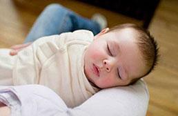 如何小婴儿裹襁褓?